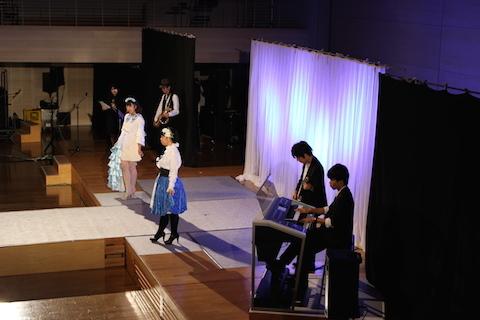 生バンドによるファッションショー(服飾作品)