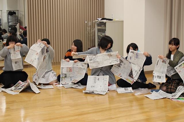 まずは新聞紙を細かくちぎります